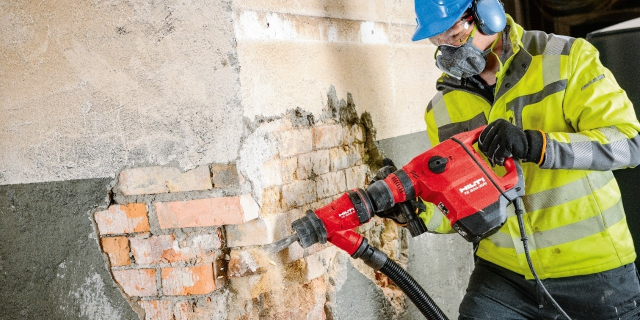 Demolition of brick walls with the Hilti TE 500-AVR